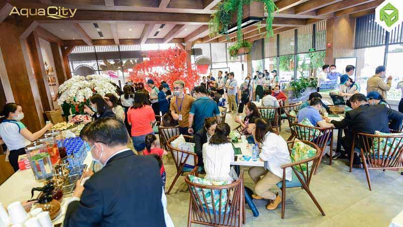 khach hang tham aqua city dong